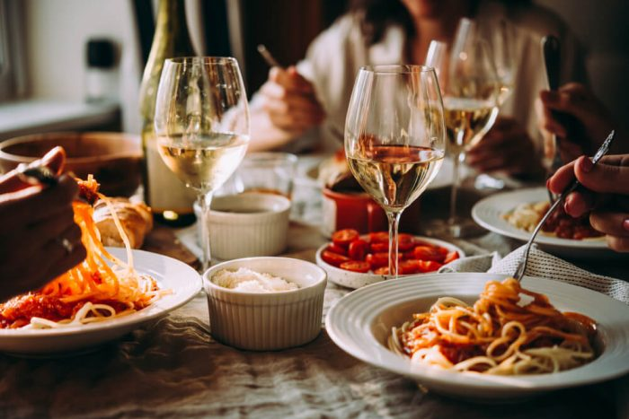 Gäster äter pasta på italiensk restaurang